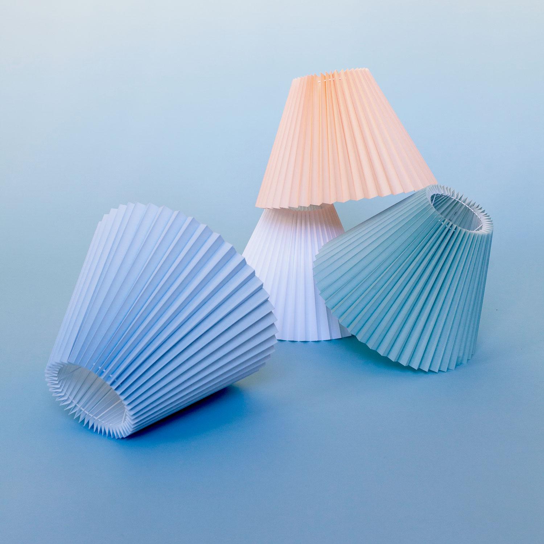 Lampeskærmen Gert Lampshade er en smuk lampeskærm, som kan hænges op overalt i hjemmet. Den er samtidig tilpasset, så den kan bruges til Øje-bliks gulvlampe Rosa Lamp. Den fås i 4 forskellige farver nemlig blå, mint, salmon og hvid.