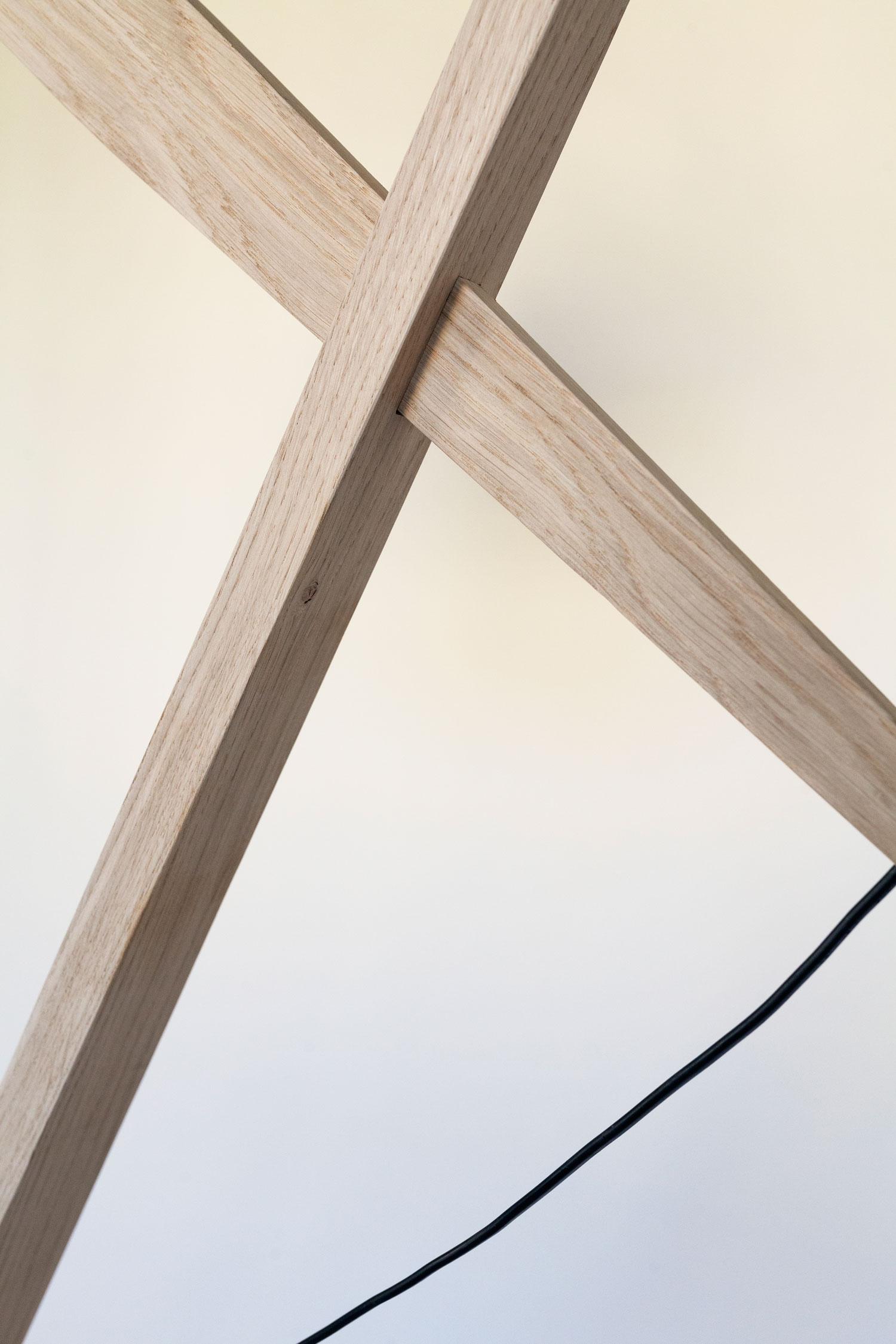 Rosa lamp består af en trækonstruktion i dansk FSC-mærket eg fra et savværk i Enderslev, mens lampeskærmen – Gert lampshade – er produceret på en dansk familieejet lampefabrik. Lampen har et højt og lidt ranglet design, der måske kan skabe associationer til en giraf eller en gammel dame. Designet er let og elegant og med et fokus på ledningen, som i designs oftest gemmes væk. Rosa lanceres med 4 forskellige skærmfarver i smukke pastelagtige farver nemlig blå, mint, laks og hvid.