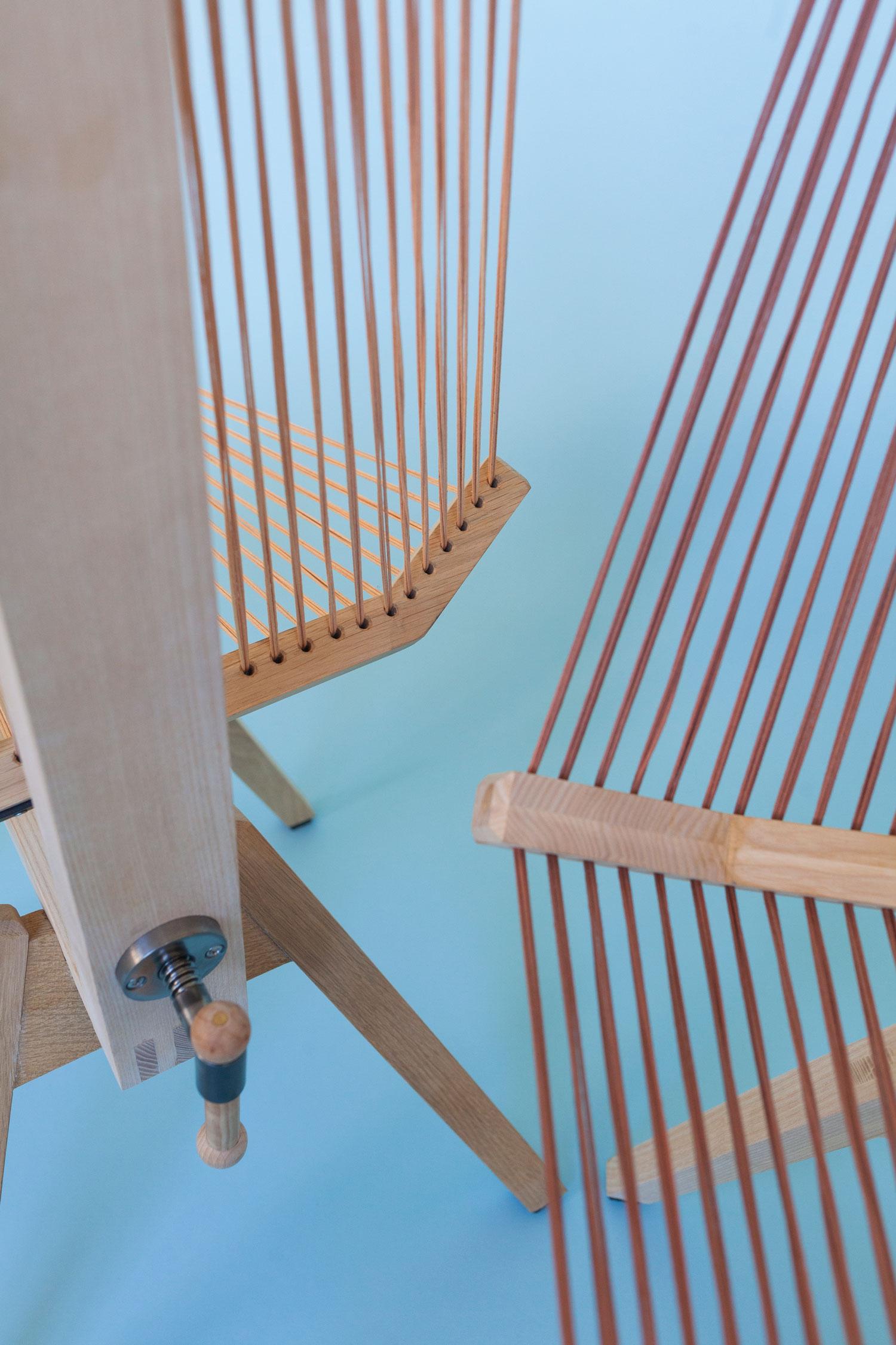 Trækonstruktionen i stolen Edith er fremstillet af dansk ask samt et sæde, som er trådet med snørre af vokset bomuld. Trådene kan justeres med opstrammeren, som er placeret på bagsiden af stolen, hvor det er muligt at justere siddekomfort.