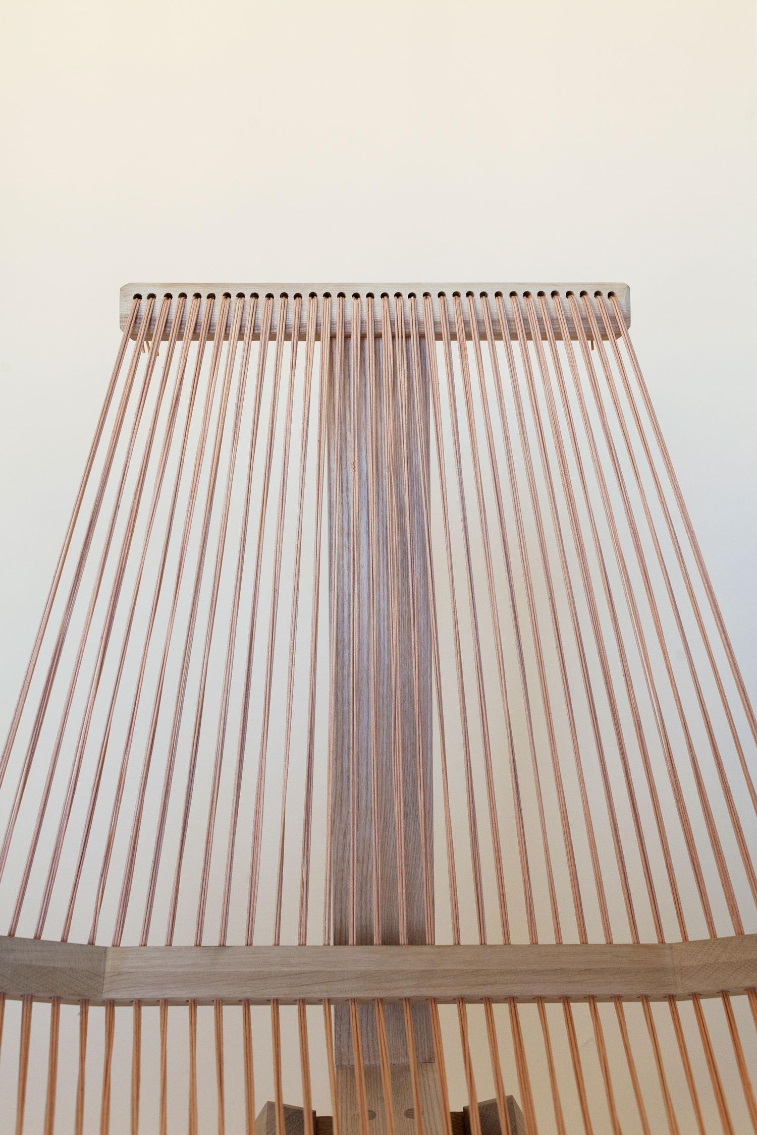 Den smukke Edith chair Sand fremstår i al sin enkelhed smuk men også ærlig, fordi intet element i konstruktion er gemt væk. Det er således muligt at studere stolen og dens opbygning. Trækonstruktionen er fremstillet af dansk ask samt et sæde, som er trådet med snørre af vokset bomuld. Trådene kan justeres med opstrammeren, som er placeret på bagsiden af stolen, hvor det er muligt at justere siddekomfort. Opstrammeren har derudover den funktion, at man undgår som på visse andre trådet stole, at snorene med tiden bliver slappe eller løsere.