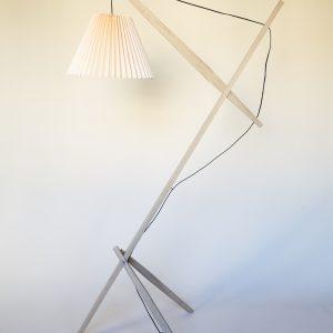 Rosa lamp består af en trækonstruktion i dansk FSC-mærket eg fra et savværk i Enderslev, mens lampeskærmen – Gert lampshade – er produceret på en dansk familieejet lampefabrik. Lampen har et højt og lidt ranglet design, der måske kan skabe associationer til en giraf eller en gammel dame. Designet er let og elegant og med et fokus på ledningen, som i designs oftest gemmes væk. Rosa lanceres med 4 forskellige skærmfarver i smukke pastelagtige farver nemlig blå, mint, laks og hvid. Skærmen har vi kaldt Gert Lampshade og den kan udskiftes og tilkøbes separat, hvis man ønsker at få lampen i en ny farve.